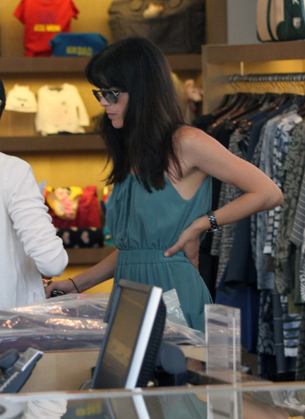 Selma Blair & Her Gorgeous Gams Shop Marc Jacobs