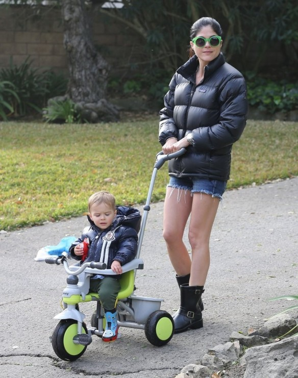 Selma Blair Strolling With Her Saint 11