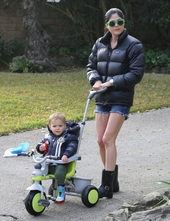 Selma Blair Strolling With Her Saint 12