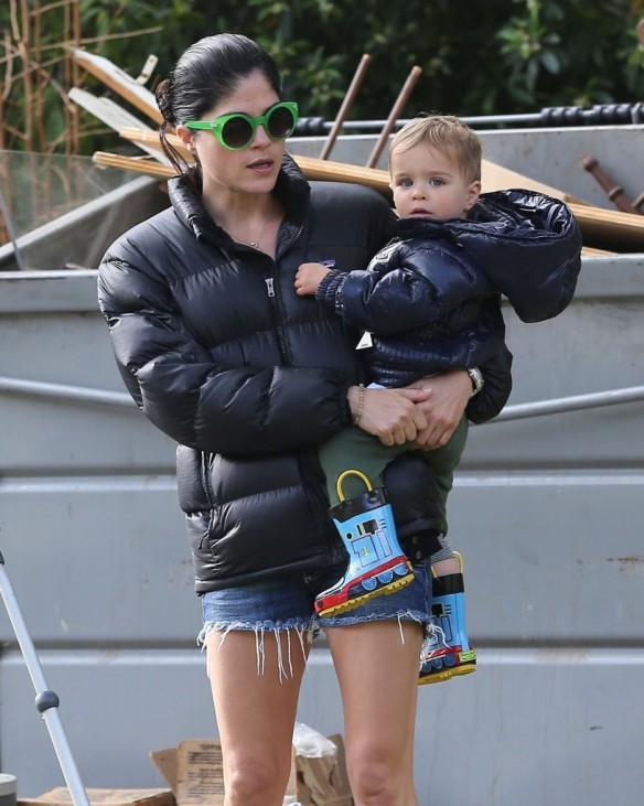 Selma Blair Strolling With Her Saint 17