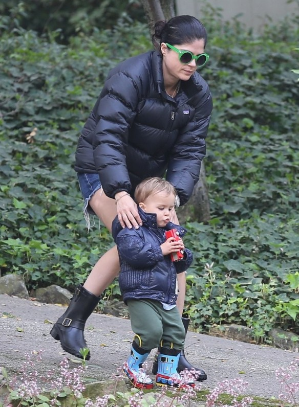 Selma Blair Strolling With Her Saint 20