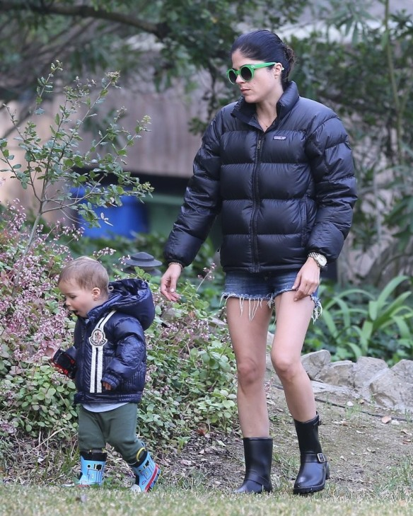 Selma Blair Strolling With Her Saint 27