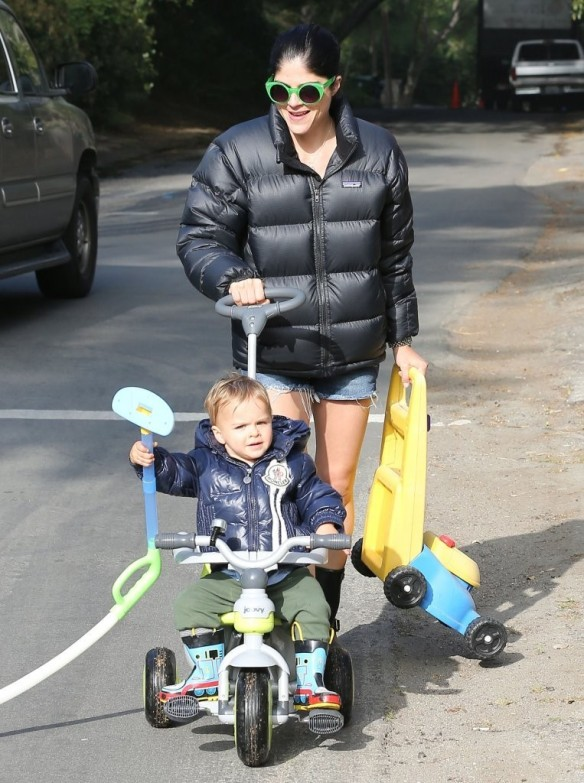 Selma Blair Strolling With Her Saint 3
