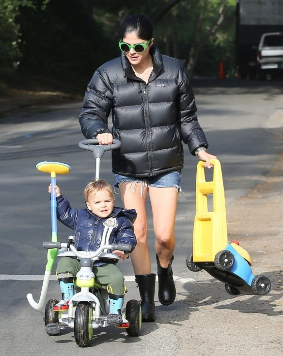 Selma Blair Strolling With Her Saint 4