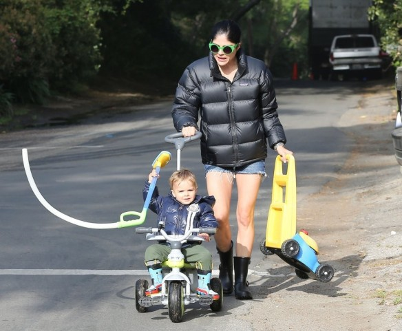 Selma Blair Strolling With Her Saint 6