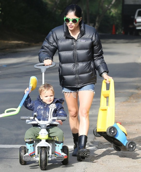 Selma Blair Strolling With Her Saint 7