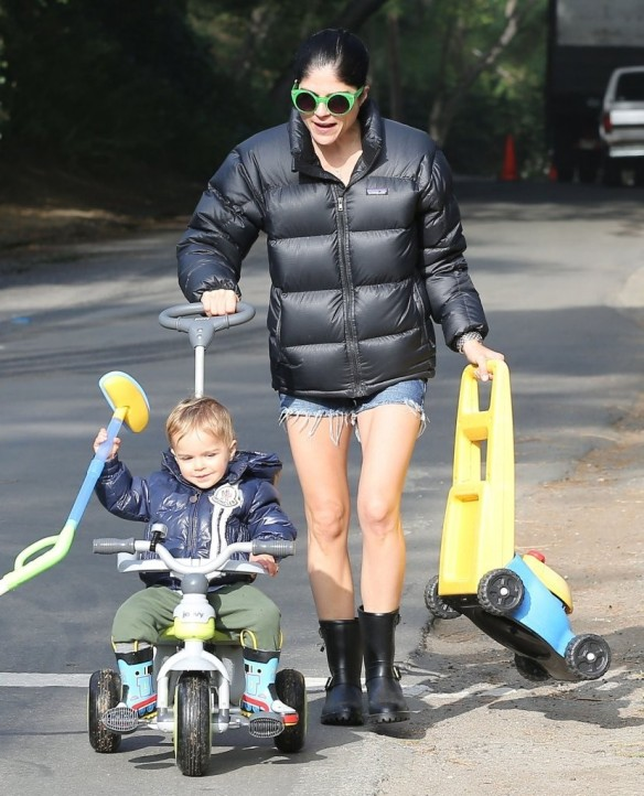 Selma Blair Strolling With Her Saint 8