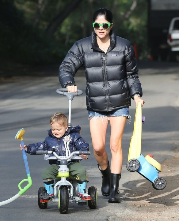 Selma Blair Strolling With Her Saint 9