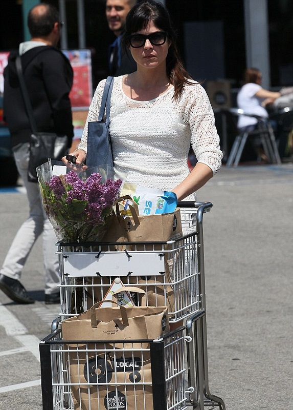 Selma Blair Picks Up Flowers 1