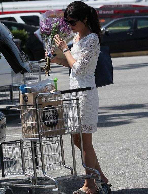 Selma Blair Picks Up Flowers 4
