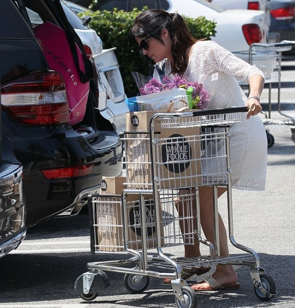 Selma Blair Picks Up Flowers 6