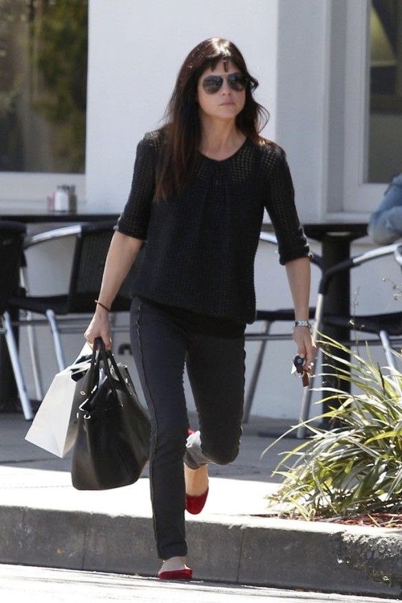 Selma Blair Stops For Coffee At Doughboys 9