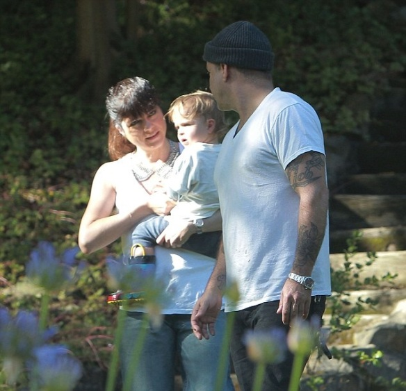 Selma Blair & Jason Bleick take arthur to the park
