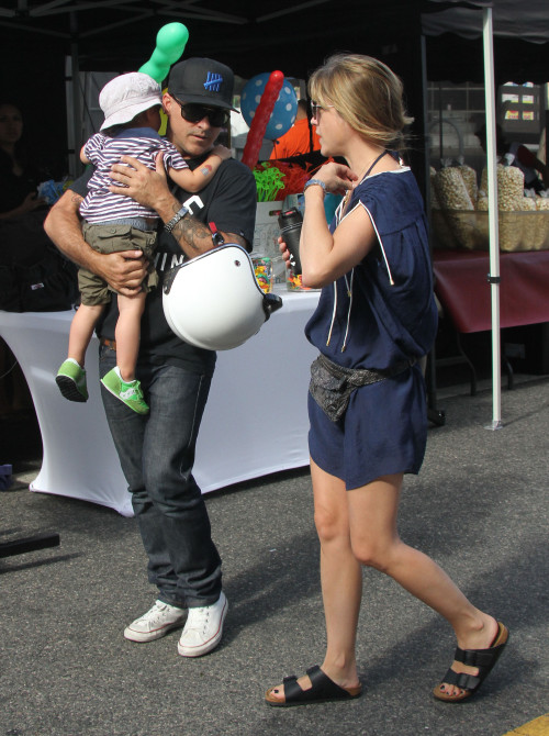 Selma Blair & Jason Bleick Take Arthur To The Farmer's Market