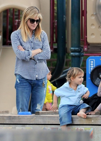 Selma Blair & Arthur Saint At The Swings 10