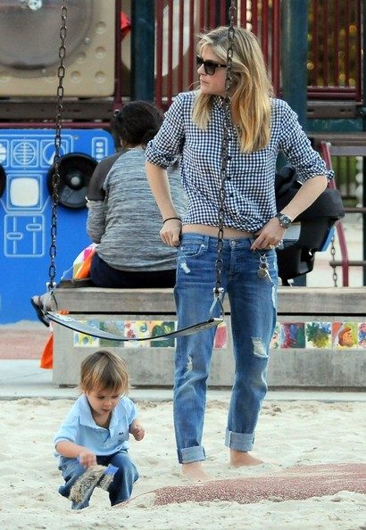 Selma Blair & Arthur Saint At The Swings 17.