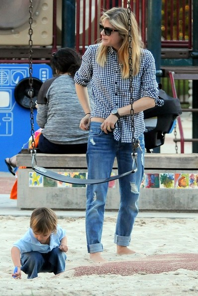 Selma Blair & Arthur Saint At The Swings 3