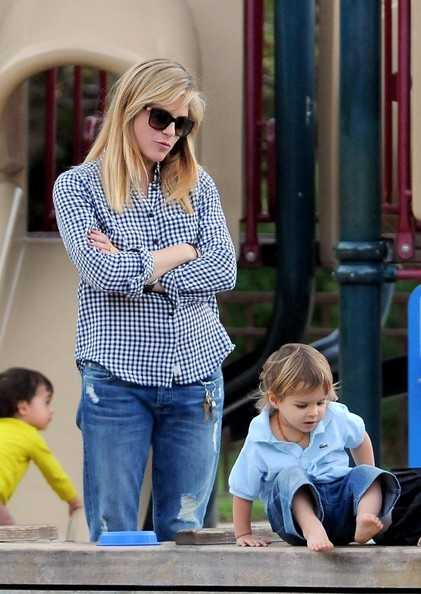 Selma Blair & Arthur Saint At The Swings 4