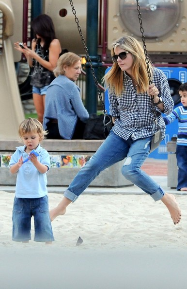 Selma Blair & Arthur Saint At The Swings 5