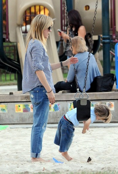Selma Blair & Arthur Saint At The Swings 7