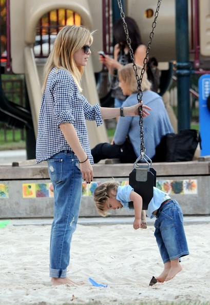 Selma Blair & Arthur Saint At The Swings 8