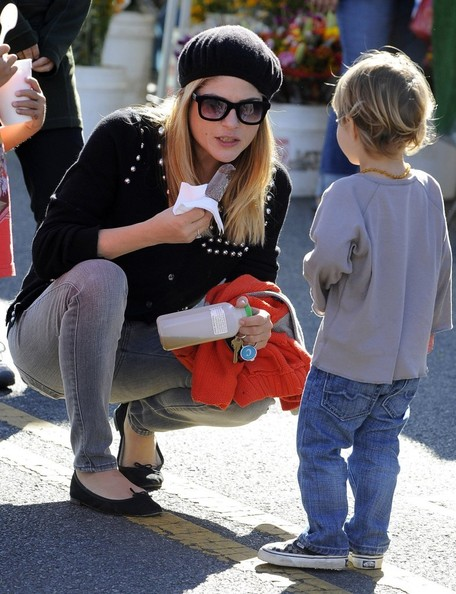 Selma Blair & Arthur Saint Visit The Farmers Market With Friends 4