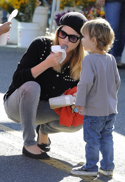 Selma Blair & Arthur Saint Visit The Farmers Market With Friends 5