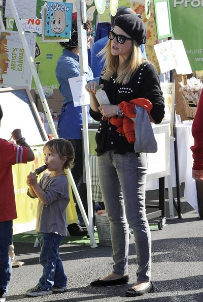 Selma Blair & Arthur Saint Visit The Farmers Market With Friends 7