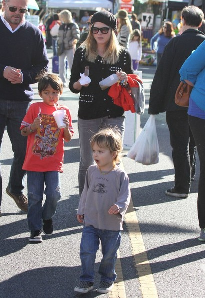Selma Blair & Arthur Saint Visit The Farmers Market With Friends 9