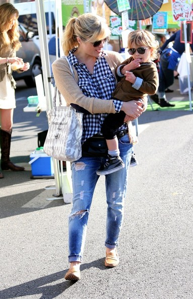 Selma Blair & Arthur Saint Shop For Produce at Farmers Market 7