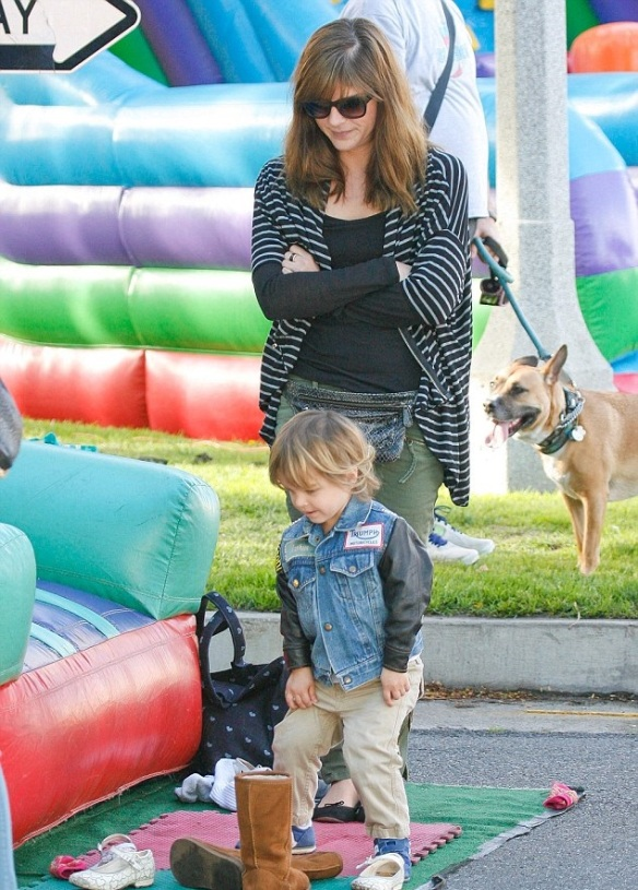 Selma Blair & Arthur Saint Girl Scout Cookies 4