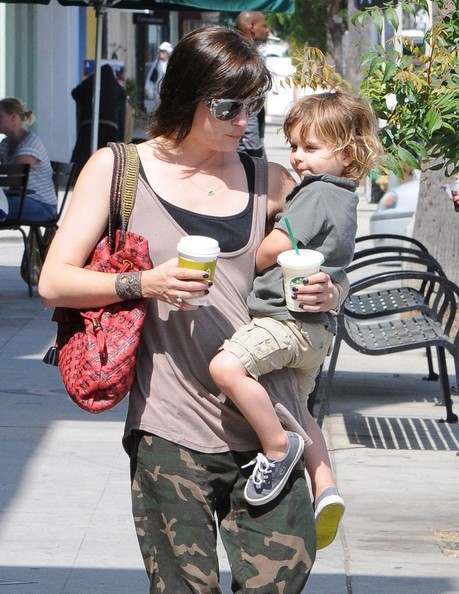 Selma Blair & Arthur Saint Grab A Pizza To Go 4