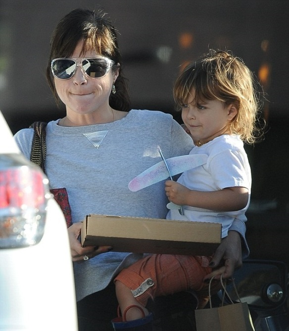 Selma Blair & Arthur Saint Grab A Pizza To Go 5