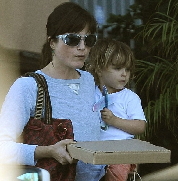 Selma Blair & Arthur Saint Grab A Pizza To Go 6