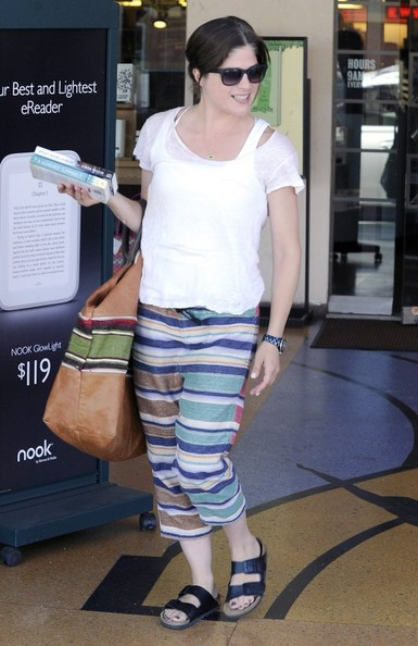 Selma Blair Picks Up Some Summer Reading 5