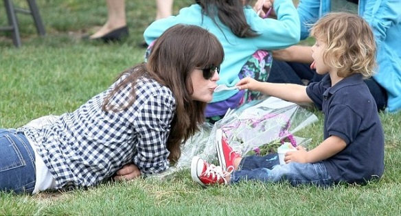Selma Blair And Little Arthur Enjoy The Farmers Market 3