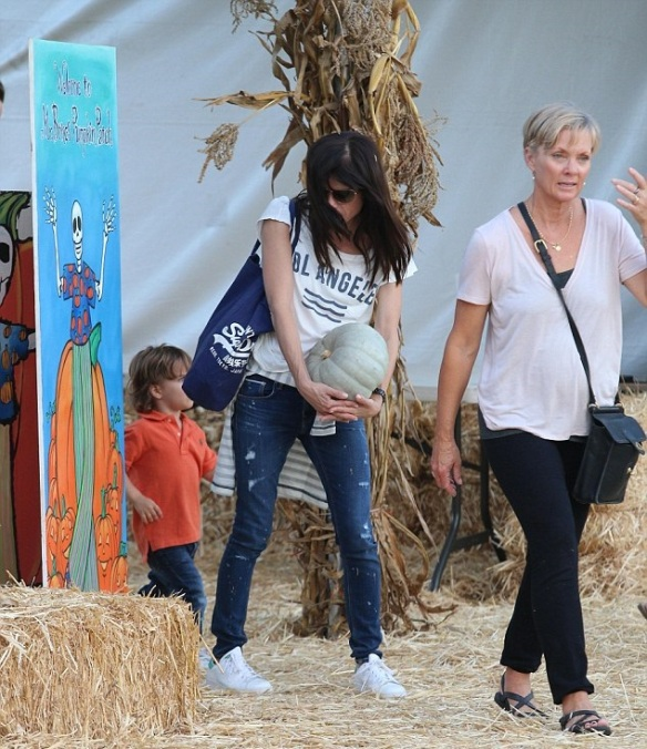 Selma Blair Takes Arthur To Pumpkin Patch 4