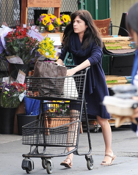 Selma Blair Stops by Bristol Farms 1