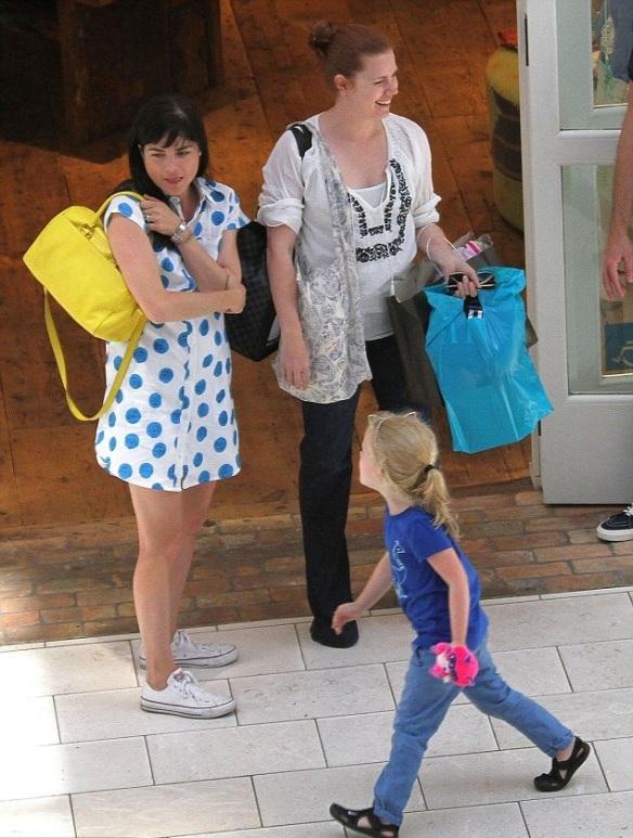Selma Blair Chats With Amy Adams At The Mall 2