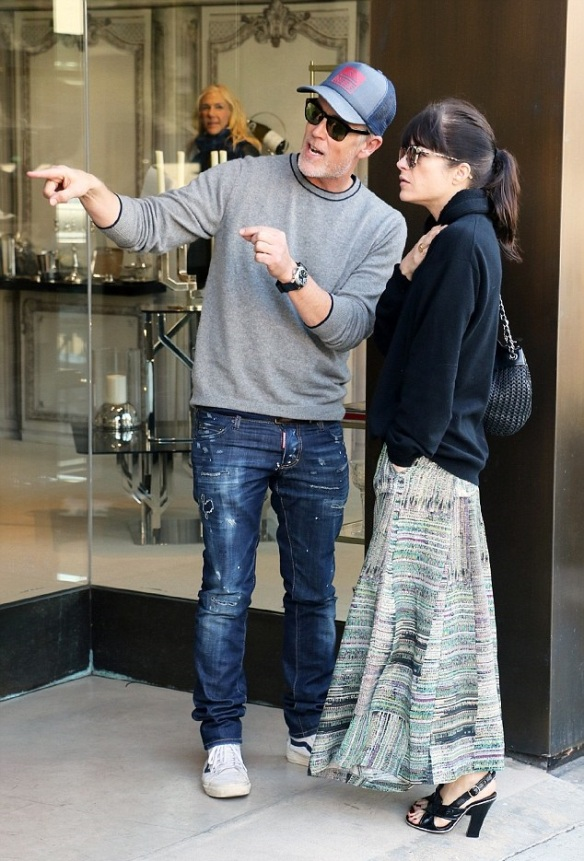 Selma Blair Shops Art With A Friend 1