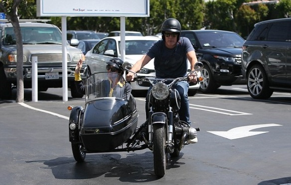 Selma Blair Shops Fred Segal With Her Sidecar Sidekick 6