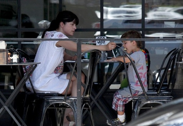 Selma Blair Has Lunch With Her Cute Kid 2