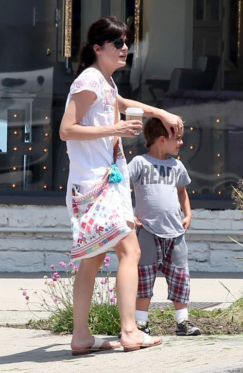 Selma Blair Has Lunch With Her Cute Kid 5