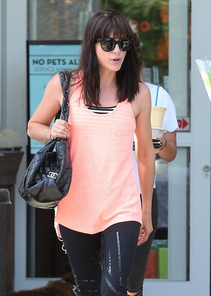 selma-blair-leaves-alfred-coffee-weho-september-2016-11