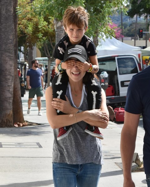 selma-blair-family-fun-at-farmers-market-01
