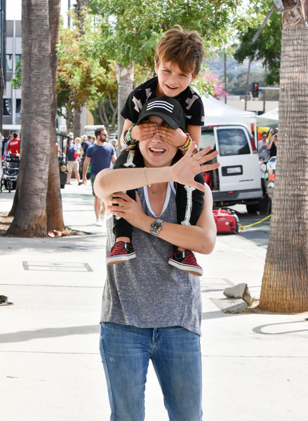 selma-blair-family-fun-at-farmers-market-1