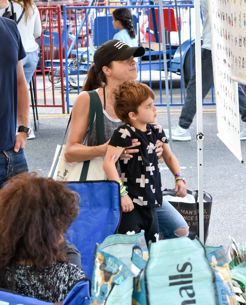 selma-blair-family-fun-at-farmers-market-17