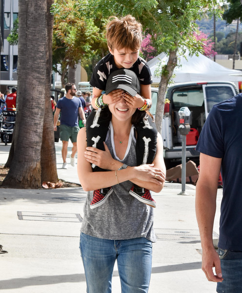 selma-blair-family-fun-at-farmers-market-2