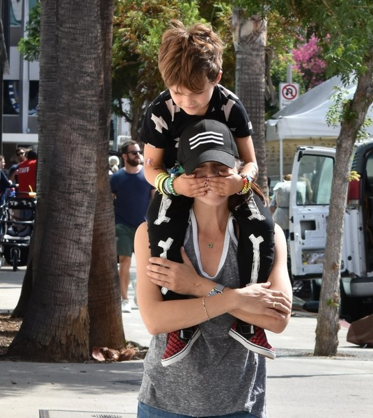selma-blair-family-fun-at-farmers-market-5