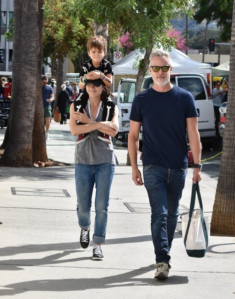 selma-blair-family-fun-at-farmers-market-6